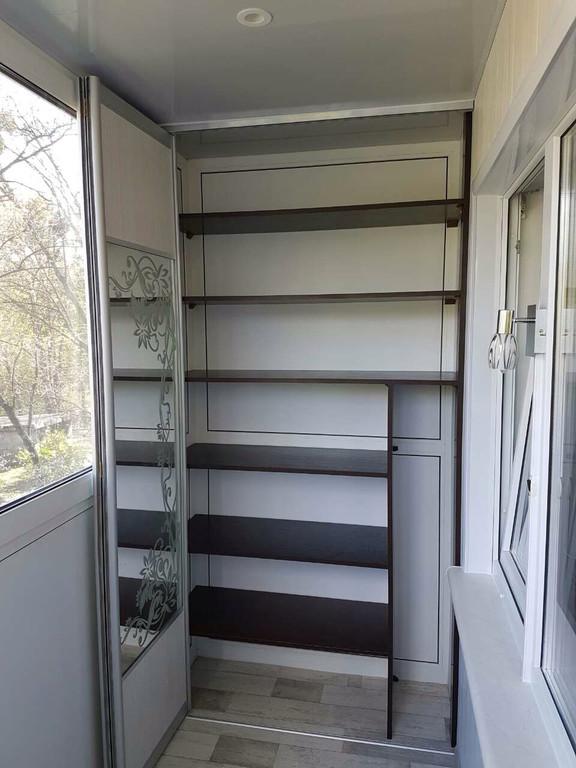 Остекление балкона с глухой стенкой, зеркальный шкафом-купе во внутренней отделке. 1