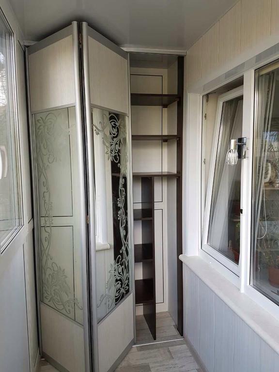 Остекление балкона с глухой стенкой, зеркальный шкафом-купе во внутренней отделке. 2