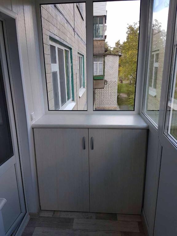 Остекление балкона с глухой стенкой, зеркальный шкафом-купе во внутренней отделке. 3