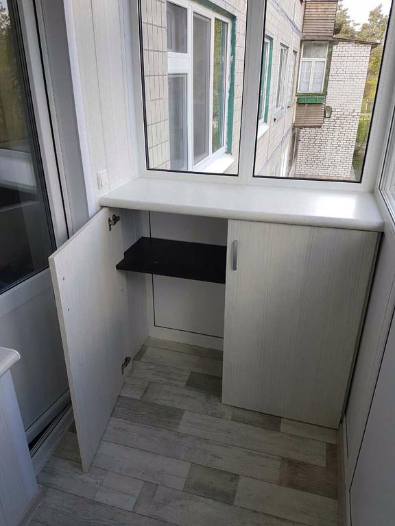 Остекление балкона с глухой стенкой, зеркальный шкафом-купе во внутренней отделке. 4