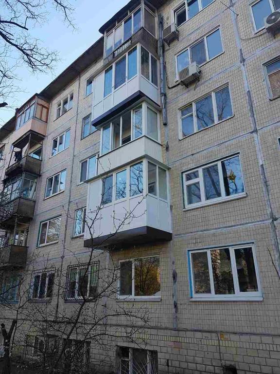 Остекление балкона с глухой стенкой, зеркальный шкафом-купе во внутренней отделке. 7