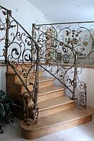 Деревянная лестница с кованными перилами