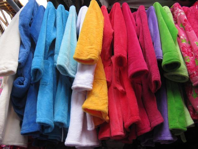Большой выбор махровых- мягких ,качественных халатов . Есть длинные ( 145 см ) ,и короткие (108 см ). Производство Турция .