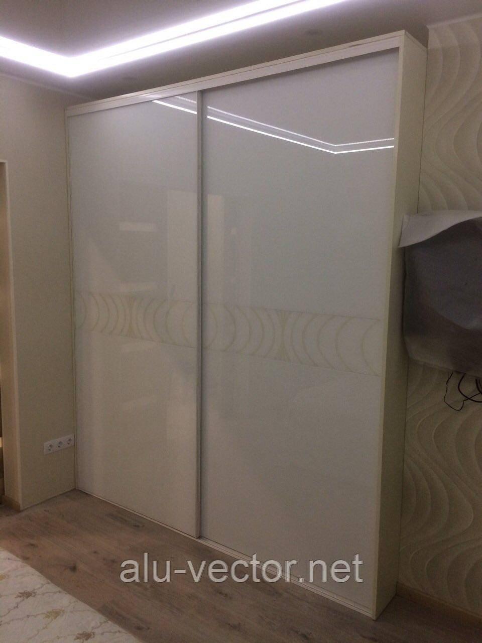 Белые двери с декоративной вставкой крашенного стекла