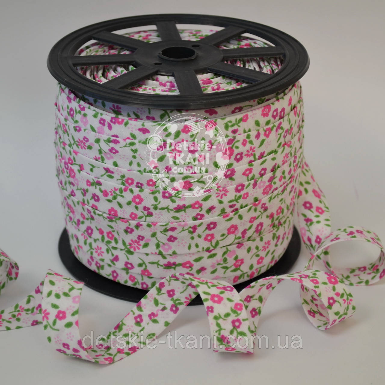 Косая бейка из хлопка с цветочками в розовых оттенках на белом фоне, ширина 18 мм.