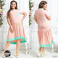 Платье асимметричной длины с клешеной юбкой в сборку на поясе, декорировано контрастными кантами.
