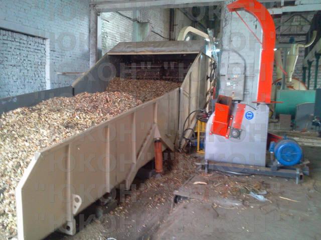 Сырьевой участок. Рубительная машина измельчает кругляк в накопитель