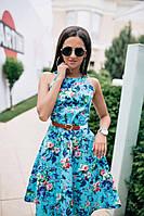 Легкое приталеное платье с принтом цветы, с поясом и открытыми плечами