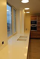 Кухонная столешница с подоконником из кварца и остров