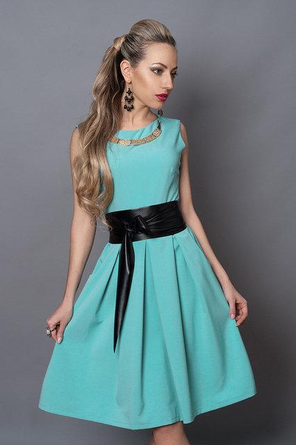 Летнее платье с кожаным поясом