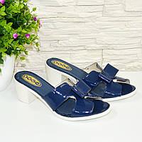 Лаковые женские шлепанцы синего цвета на устойчивом каблуке. 37 размер.