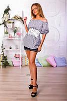 Однотонные шорты с подворотами и блуза в полоску, талия декорирована кружевом.
