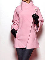Женское пальто с брошкой в розовом цвете