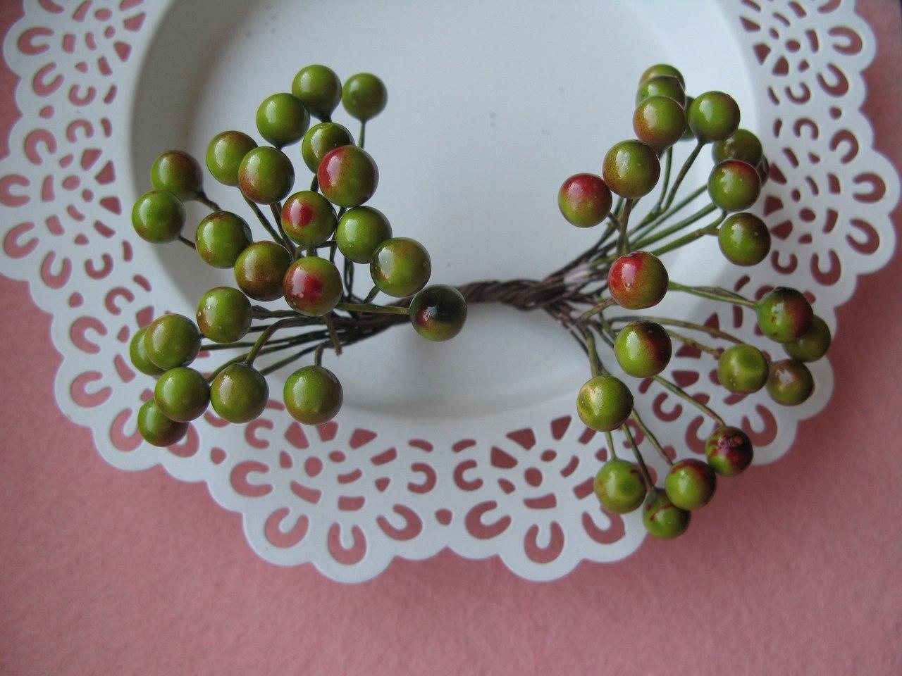 Ягоды гладкие зеленые с красным d 8 мм