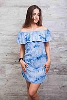 Летнее женское платье из штапеля с открытыми плечами и воланом