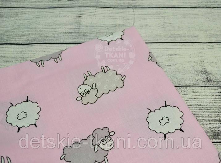 Лоскут ткани №784а с серыми овечками на розовом фоне