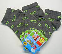 Летние мальчиковые носки темно-серого цвета в салатовые очки
