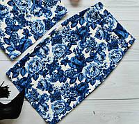 Стильная женская юбка миди за колено принт синие розы на белом