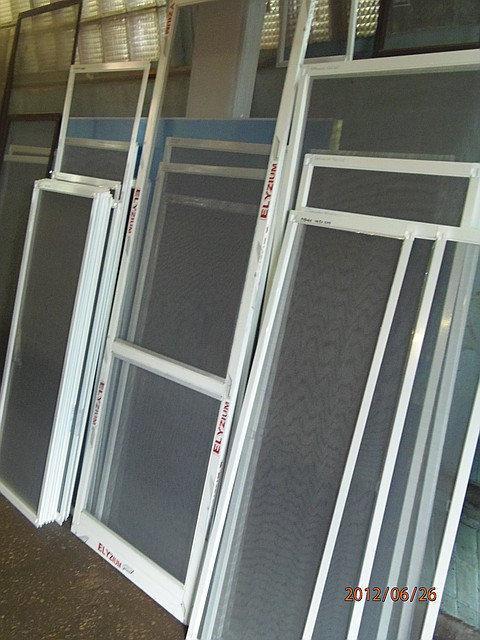 Противомоскитные сетки на двери.