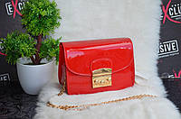 Сумка Dior красная.