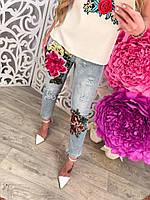 Стильные короткие женские джинсы с объмной аппликацией цветы и дырками тренд 2017 года