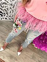 Короткие женские джинсы с нашивкой цветы и дырками тренд 2017 года