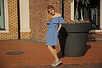 Женское платье с открытыми плечами голубого цвета