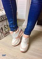 Стильные женские кроссовки на танкетке 10 см, материал эко кожа/эко лак. Цвет белый с пудрой