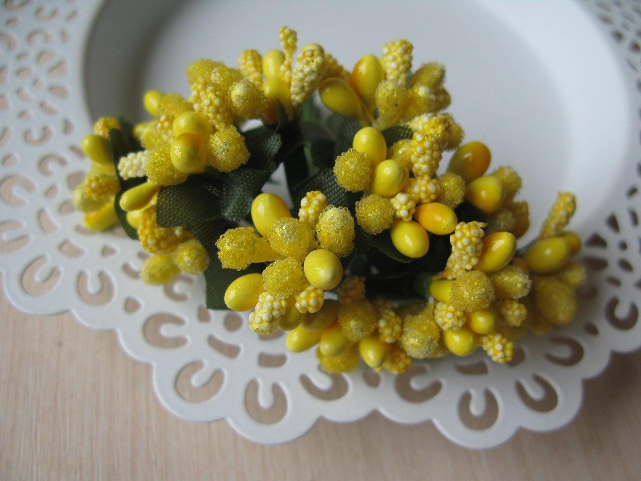 Тычинки сложные на веточках. Цвет желтый.