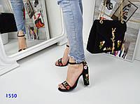 Босоножки женские на каблуке с вышивкой черные