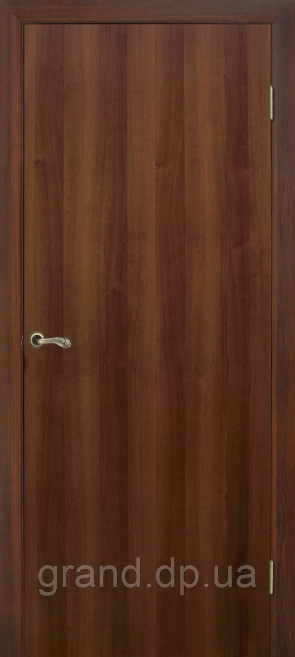 Двери межкомнатные Омис  гладкая глухая экошпон, цвет орех