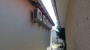 Наружные блоки на тыльной стороне дома.
