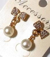 Серьги - гвоздики со стразами и жемчугом под золото №04