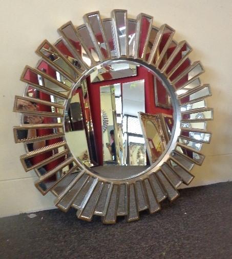 Современное настенное зеркало в раме