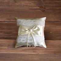 Свадебная подушечка для колец с кружевом в бежевых тонах
