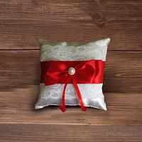 Свадебная подушечка для колец с кружевом и красной лентой