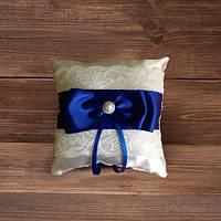 Свадебная подушнечка для колец с кружевом и синей лентой