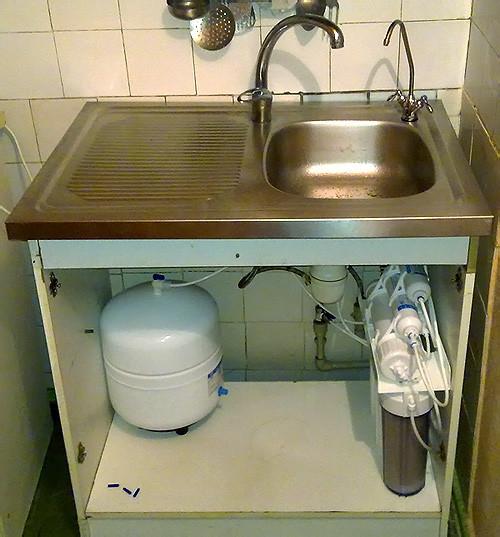 типовая установка системы обратного осмоса в кухне