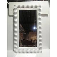 Прямоугольное зеркало в раме белого цвета