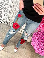 Модные женские короткие джинсы с красными цветами и дырами тренд 2017 года