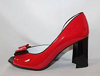 Красные модельные женские туфли с открытым носком на каблуке с бантиком из натуральной лаковой кожи