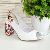 Женские кожаные босоножки на устойчивом высоком каблуке. Цвет белый/цветы. 36-39 размеры