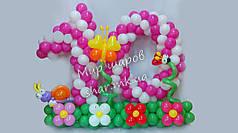 Циферка 10 на цветочной полянке из воздушных шаров