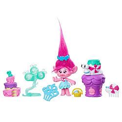 "Trolls TROLLS - POPPY'S PARTY- коллекционная фиггурк  тролль с аксессуарам ""Вечеринка""  Розочка, Hasbro"