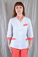 Яркий бело-коралловый медицинский женский костюм