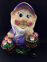 Садовая фигура Гном с корзиной цветов