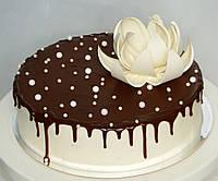 Торт ванильно-шоколадный с ежевикой