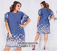 Женское джинсовое платье в абстрактный принт, с рюшами на рукавах.