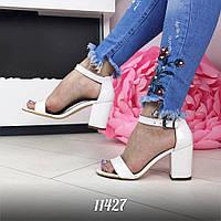 Женские белые босоножки на каблуке