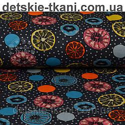 Трикотажное полотно сингл джерси с разноцветными лимонами на сером фоне (Польша)